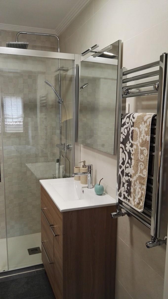 Mobiliario Royo, Mampara de ducha con perfil cromo, griferia cuadrada