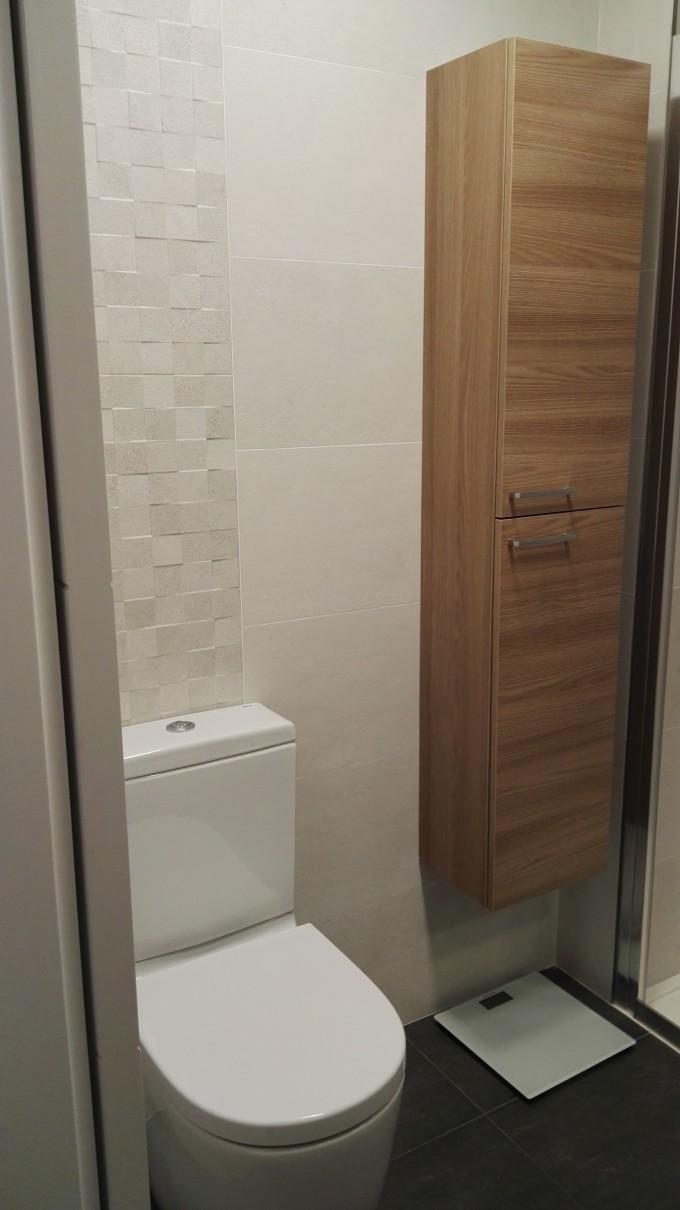 Radiador toallero cromo, mismo que aplique de luz de espejo, mueble a medida y griferia a conjunto de la ducha